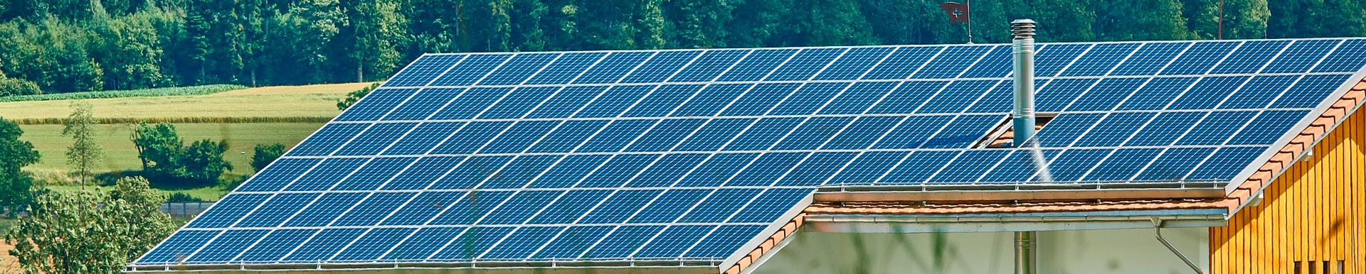 Casa con instalación de luz solar en tejado.