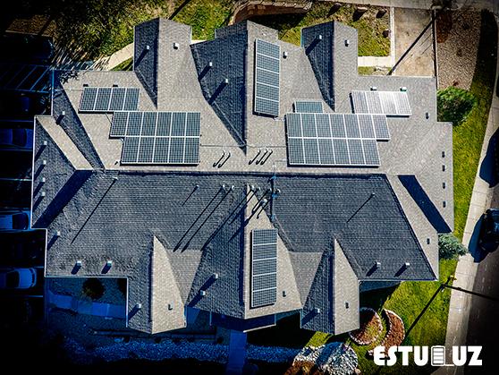 Vista aérea del tejado de un chalet autosuficiente.