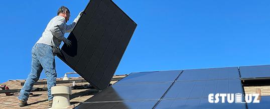 Imagen de un técnico instalando placas solares en alicante