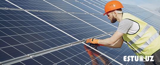 imagen de un instalador de placas solares en una instalación