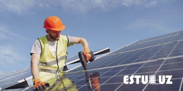 Imagen de trabajador dando mantenimiento a una placa solar.