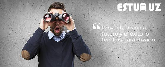 Hombre mirando al futuro con unos prismáticos